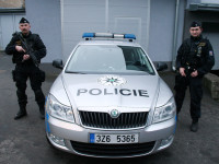 Policie chodí se samopaly