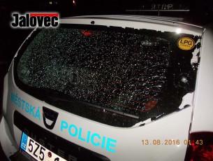 Střílel na policisty v autě – dřív krumpáče a cihly, teď ostrá palba