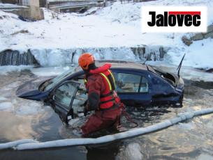 Cestující 5 minut od smrti. Mladík (22) naboural zastávku a utopil auto