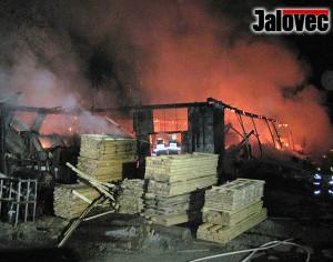 Shořela pila v Bzovém. Škoda přes 10 milionů