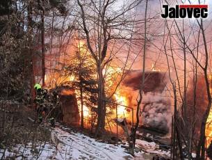 Rudé peklo na Července. Oheň sežehnul muži obličej i dům