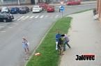 VIDEO: Drama v centru Vsetína. Prodavačka zadržela na ulici zloděje