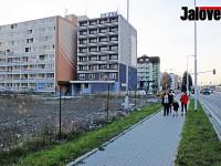 Tragédie v Rožnově. Žena nepřežila pád z balkonu