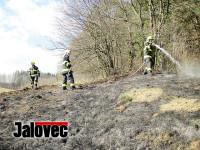 Pálení trávy zaměstnávalo hasiče