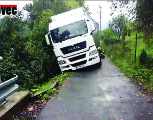 Věřit navigaci se nevyplácí. Polský kamion skončil ve srázu