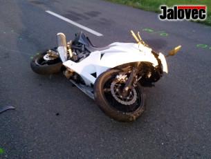 Mladý motorkář na místě mrtvý