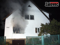 Dům v Rožnově zachvátily plameny. Žena v péči záchranářů