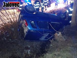 Řidička skončila v potoce. Na vině námraza a rychlá jízda